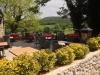 Die Terrasse des Restaurants La Petite Auberge in Labastide-de-Virac