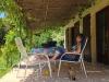 Die schattige Pergola spendet angenehmen Schatten auf der Terrasse