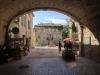 Das wunderschöne Renaissance-Dorf Barjac, Durchgang unter der Mairie