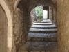 Durchgang mit Gewölbe im Dorf Labastide-de-Virac