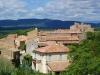 Labastide de Virac, Blick von der Anhöhe des Dorfes auf die Mairie