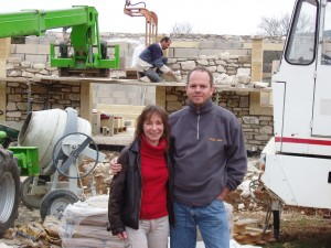 Die stolzen Bauherrn auf der Baustelle des Ferienhauses März 2005